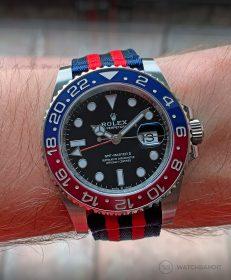 Rolex GMT Master II am blau-roten zweiteiligen NATO Uhrenarmband von Watchbandit