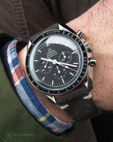 Omega Speedmaster an dunkel grauen Wildlederarmband von Watchbandit