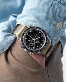 Omega Speedmaster an beigem NATO Uhrennarmband von Watchbandit