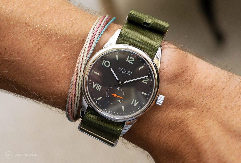 NOMOS Club Campus dunkel premium grünes NATO armband wristshot