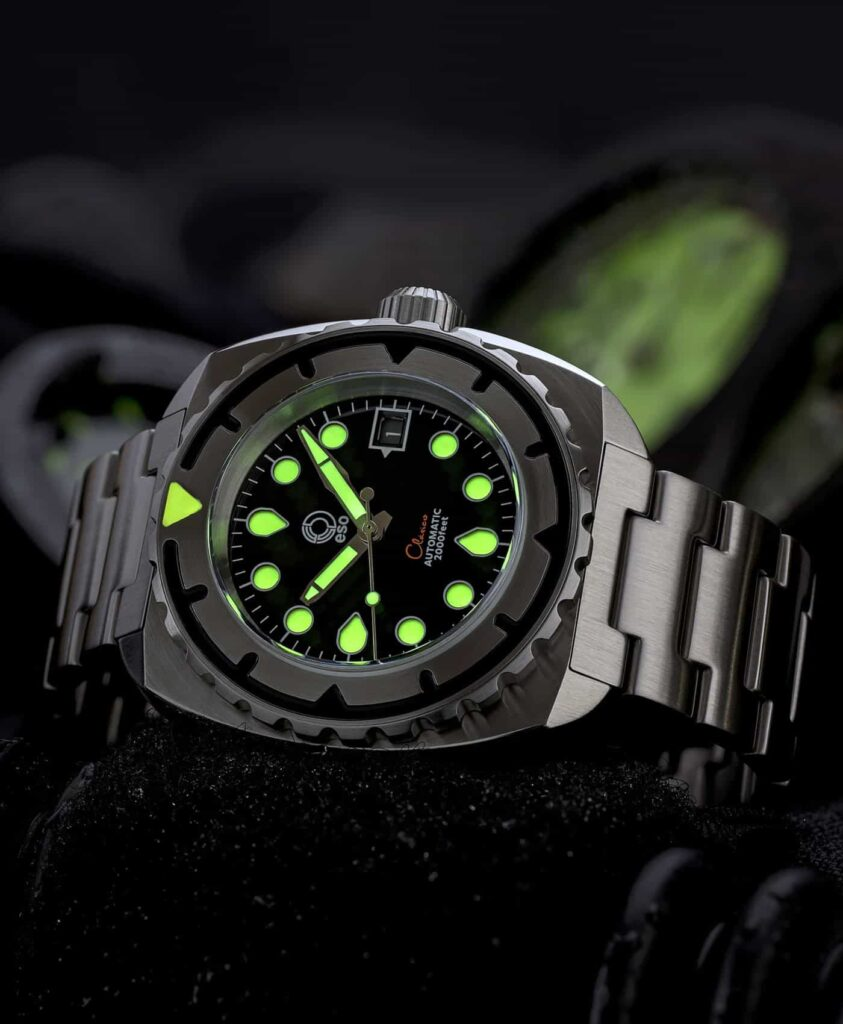 Esoteric-Watches_Bathyal Clasico_lume shot-min